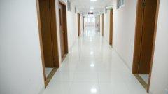 宽敞明亮的病房走廊